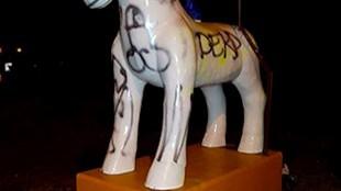 Vandalen tekenen penis op kunstpaard (foto Nicky de Heer/NH)