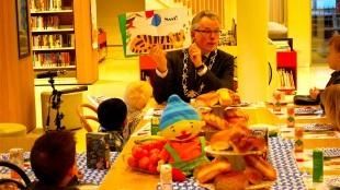 Voorleesontbijt met burgemeester Koen Schuiling met kinderen van PSZ De Vlindertuin (foto Kopgroepbibliotheken/Twitter)