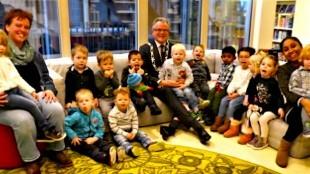 Voorleesontbijt met burgemeester Koen Schuiling met kinderen van PSZ De Vlindertuin (foto Ontdek Den Helder/Twitter)