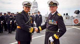 Afscheid van C-NLMARFOR, eskadercommandant, Commandeur Boelema Robertus, rechts (foto Rob Kramer/Twitter)