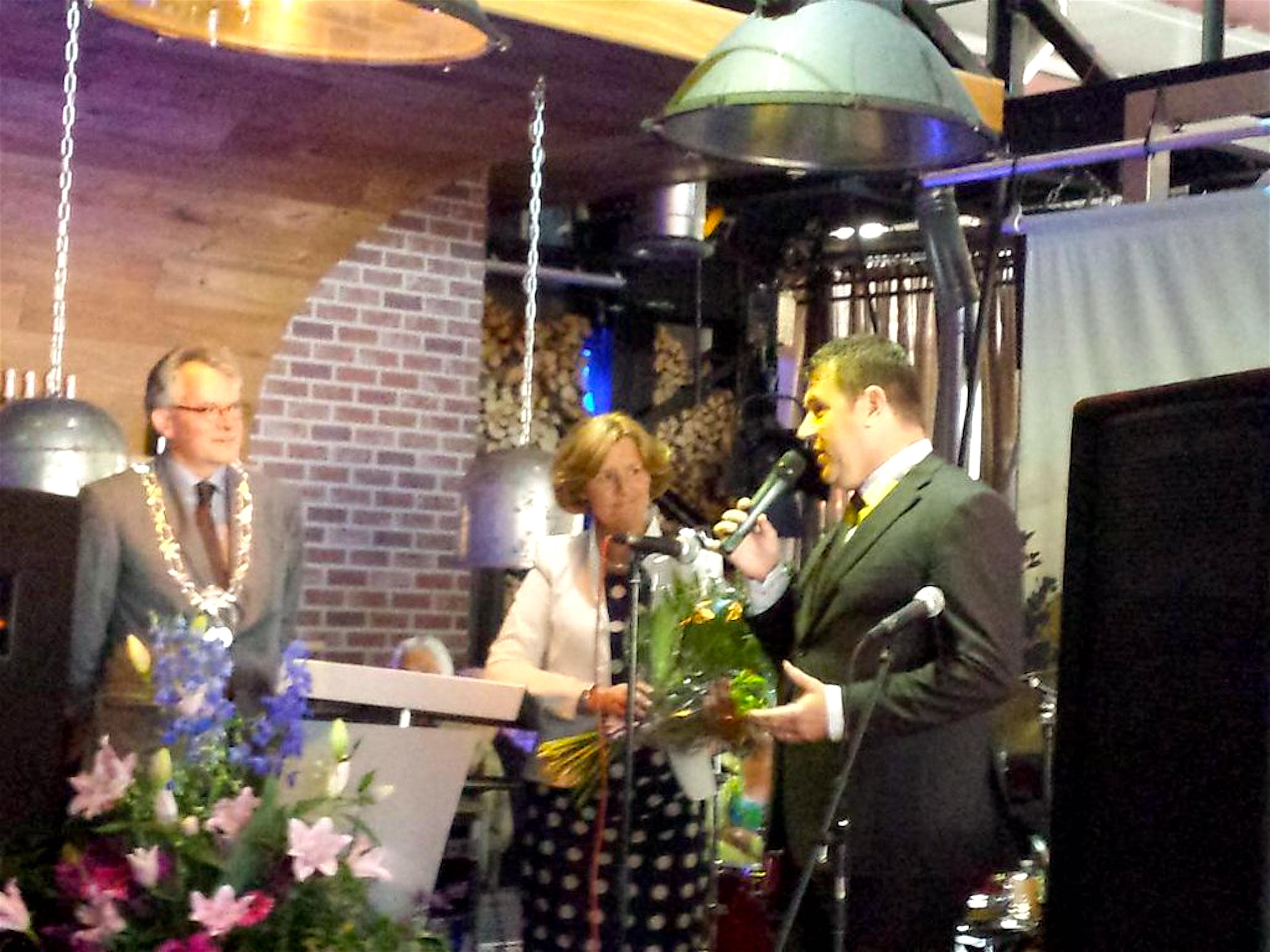 Burgemeester VVD Koen Schuiling, ex wethouder CDA Wiltrude Turnhout en huidig wethouder, eveneens CDA, Edwin Krijns van Den Helder loven wederom elkaar (foto Kees Bazen/Twitter)