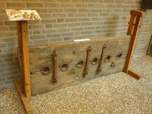 """Een schandblok zoals dat tijdens de tentoonstelling """"900 jaar bestuur"""" in het najaar van 2010 in het gemeentehuis van Deurne te bezichtigen was (foto Wikipedia)"""