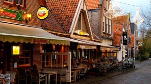 Lamoraal, Fabel's & Eerste Bergense Boekhandel (foto Telefoongids NL)