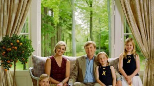 Rineke Dijkstra - King Willem-Alexander and Queen Maxima with their daughters, the Princesses Catharina-Amalia, Alexia and Ariane and their dog Skipper (foto RVD)