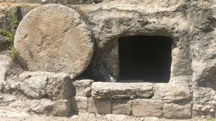 The stone is rolled away for liberty and life (foto Truth Immutable)