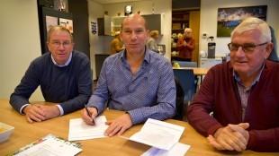 Aannemer Kees-Jan Tuin (midden) tekent contract met FC Den Helder (foto DHA)
