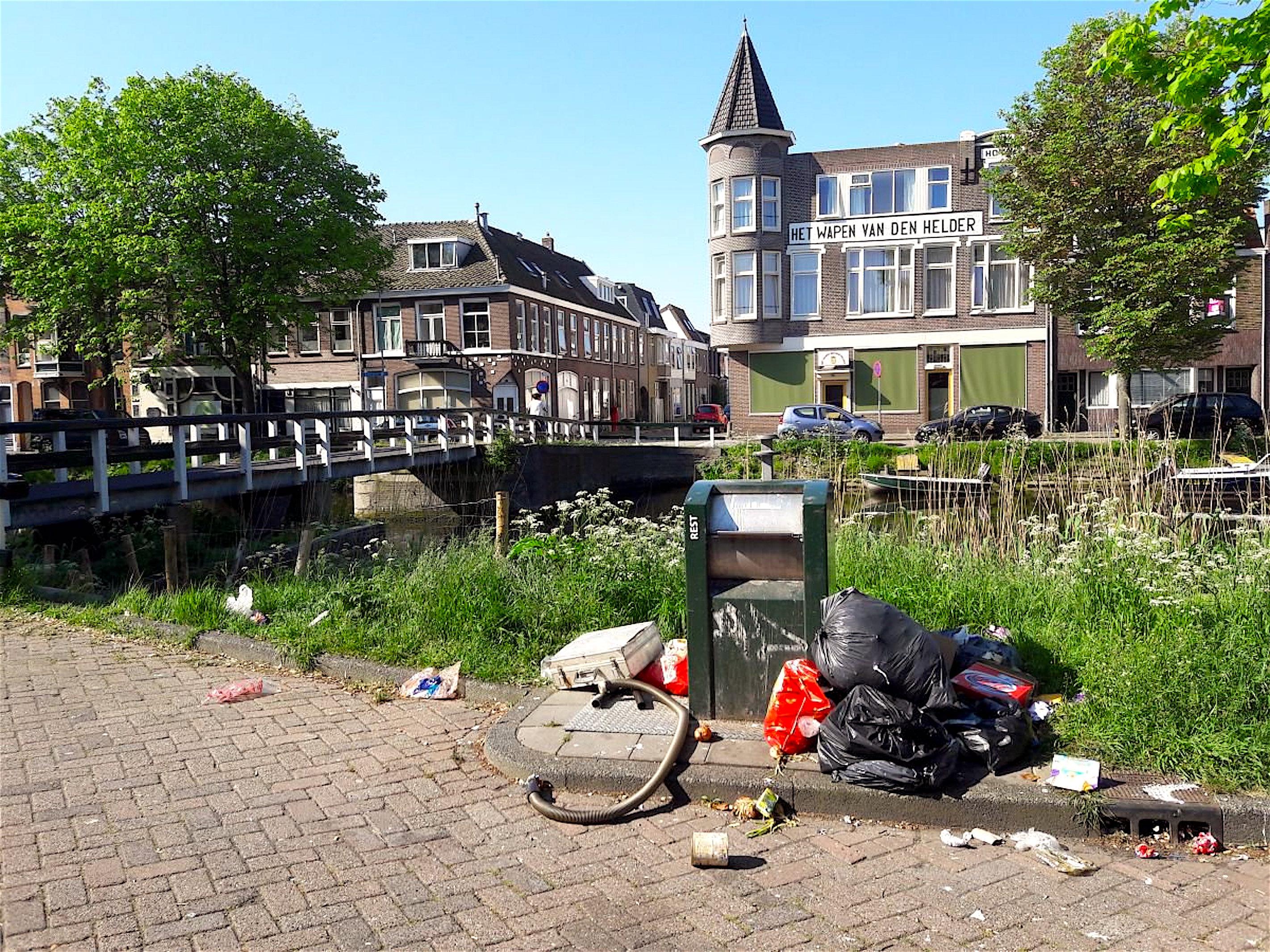 Afval bij Het Wapen van Den Helder (foto L.O.S./Twitter)