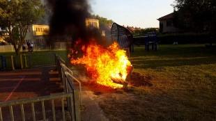 Bank in brand gestoken in speel- en avonturenpark Julianadorp (foto DHA)