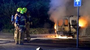 Bestelwagen brandt uit in Den Helder (foto Helderse Courant)