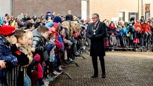 Enthousiaste kinderontvangst van Sinterklaas in Den Helder, burgemeester Koen Schuiling, handenwrijvend, geniet zichtbaar (foto Nieuwsdoc)