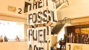 Fossil Free Culture - End the fossil fuel age now (foto Colin Rees/Twitter)