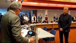 Burgemeester Koen Schuiling neemt de nieuwe wethouder Remko Duijnker de eed af (foto Twitter)