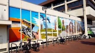 Commercieel Helders stickerdesign op de ramen van het Rob Scholte Museum door de nieuwe eigenaar van het gebouw Kees Jan Tuin, geruggesteund door Woningstichting Den helder (foto DHA)