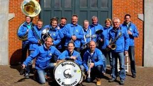 Hofkapel 'De knorhanen', Kees Jan Tuin, knielend, derde van links (foto Muziekvereniging Winnubst/Facebook)