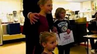 Odd Wagner met kinderen (foto Gemeente Den Helder/Facebook)