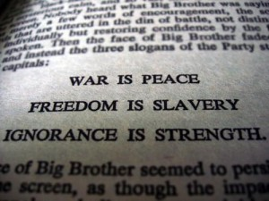War is peace Freedom is slavery Ignorance is strenght (foto Before It's News)