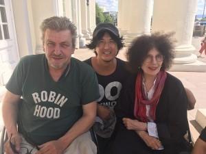 左が師匠であるロブ ・ショルテ氏。右は美術史のウズラ氏、真ん中が筆者 (foto Asahi Shimbun)