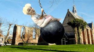 Bergense burgemeester Hetty Hafkamp op sloopkogel (foto Samen Bergen Verzetten/Facebook)