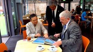 Burgemeester van Utrecht Jan van Zanen (rechts) ontvangt Japanse delegatie (geheel links Yoshikuni Kamichika-san, midden Takeshi Goto, foto Gemeente Urecht)