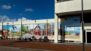 Het met raamstickers afgeplakte Rob Scholte Museum in Den Helder (foto Laas Abendroth/Facebook)