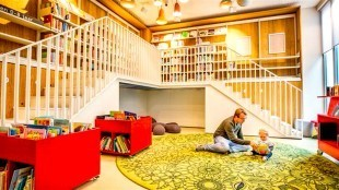 Rolstoel ontoegankelijke bibliotheek School 7 in Den Helder (foto De Volkskrant)