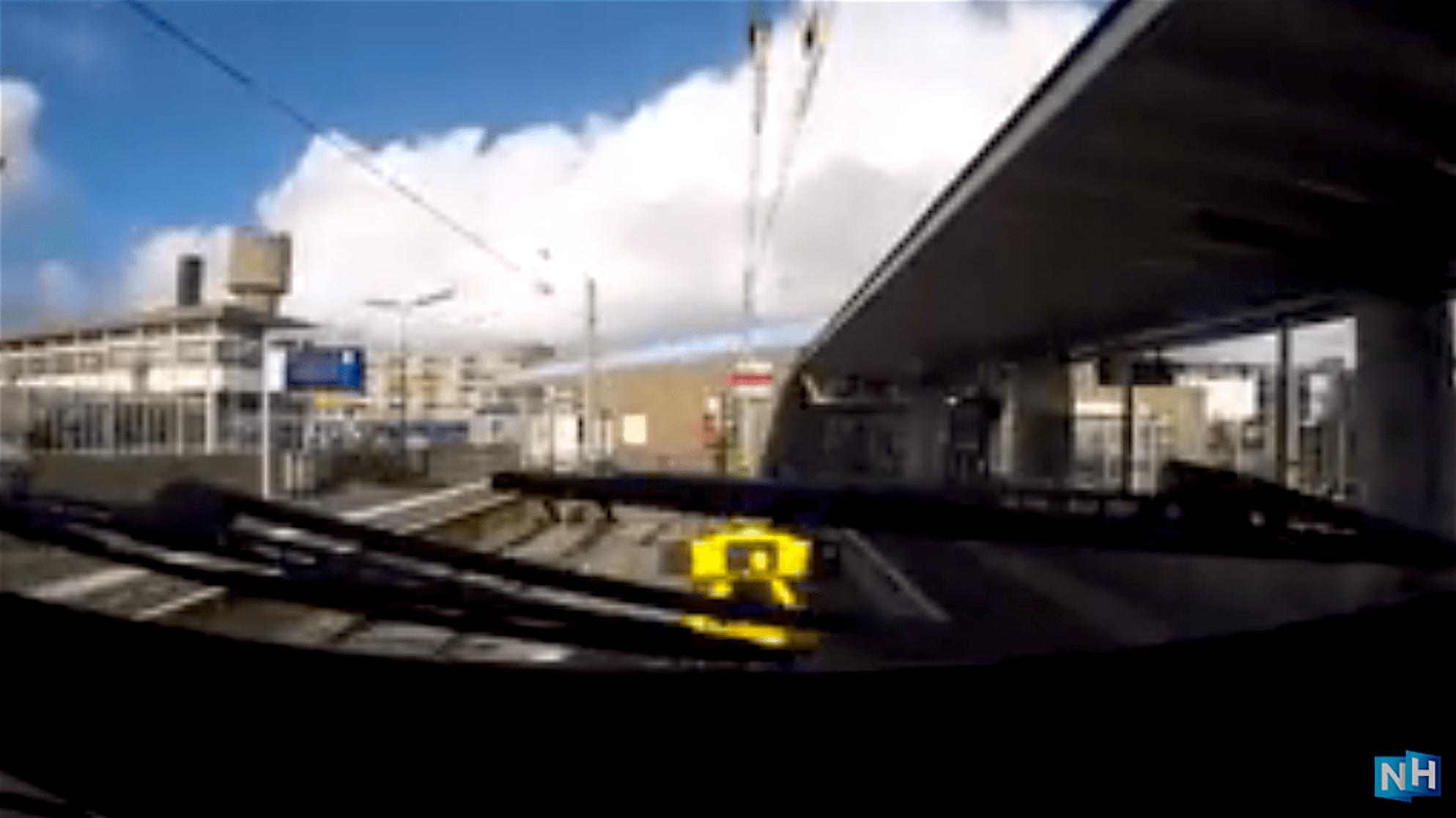 Aankomst station Den Helder, geheel links het Rob Scholte Museum (foto YouTube)