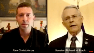 Alex Christodorou & Senator Richard H. Black (foto YouTube)