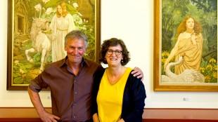 Bruce de Jonge en Astrid Koper voor twee werken van Johfra in Museum de Eenhoorn (foto Arjen J. Zijlstra)