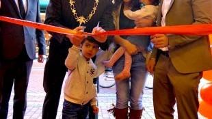 Burgemeester Koen Schuiling opent met hulp winkel in binnenstad van Den helder (foto Ontdek Den Helder)