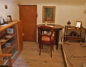 De slaapkamer, welke werd gebruikt als onderduikkamer in Salon Nune Ville