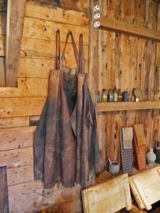 Schort hangt aan de muur in de Collse watermolen