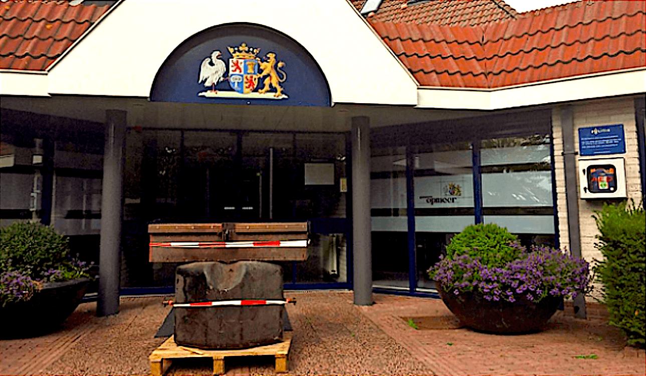 Voor de deur van het gemeentehuis van Opmeer staat een contragewicht van een tractor als blokkade (foto HMC)