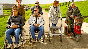 Angelique van Wijk (links) & Chih Chun Wang (midden) duwen de rolstoel met Frans Jansen (l) & Ingo Kroon (m), rechts Anneke Baardslag (rollator) & Marc Bigot (foto Marc Moussault)