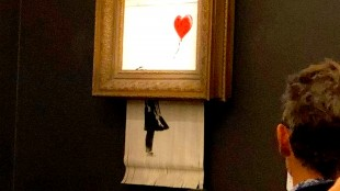 Banksy's Girl with a Balloon appeared to shred itself after selling for $1.4 million at Sotheby's on Friday night (foto Sotheby's)