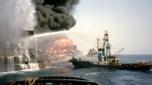 De Otton in de Wijsmuller periode, toen varend als Ribut. in dienst van Wijsmuller Salvage in de jaren 80 van vorige eeuw, ze blust de in brand geschoten olietanker M Vata (foto Misdaadjournalistblog)
