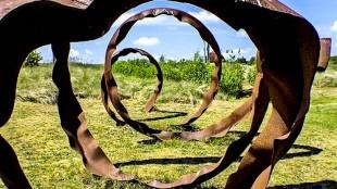 Kunstwerk van wijlen Rudi van de Wint op het terrein van De Nollen (foto Erven Van de Wint)
