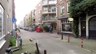 Rob's BMW ging vanuit de Laurierstraat rechtsaf de Eerste Laurierdwarsstraat in, bomaanslag op de hoek voor café de Laurierboom, Laurierstraat 76 (foto Maud Oortwijn)