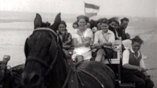 Spectaculaire trip met de Jan Plezier over het strand van Texel, gefilmd vanuit een van de twee wagens (foto Regionaal Archief Alkmaar)