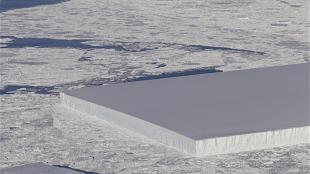 The peculiar iceberg (foto NASA IceBridge Mission)