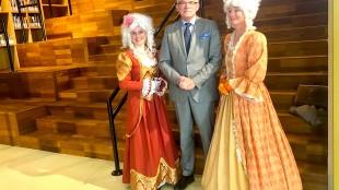 Burgemeester Schuiling en zijn lieftallige assistentes (foto KopGroepBibliotheken/Twitter)
