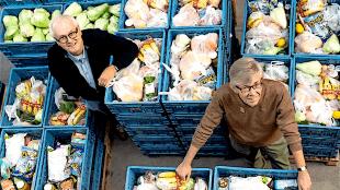 Henk Opdam (links) en Jules Emmaneel tussen de bakken met voedsel (foto Jan Jong/JJFoto.nl)