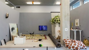 Opgerold Mens erger je niet tapijt van Rob Scholte, het groene object is de boombox, Cloning Objects, van Jesse Howard (foto Franzi Mueller Schmidt)