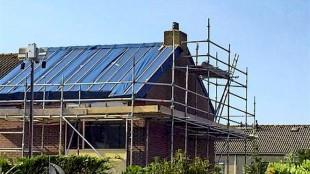 In De Schooten is het dak van een modelwoning al gerenoveerd (foto HMC)