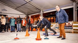 Wedstrijdje curling tussen de VVD burgemeester en zijn maatje PvdA wethouder Peter de Vrij (foto DHFOTO)