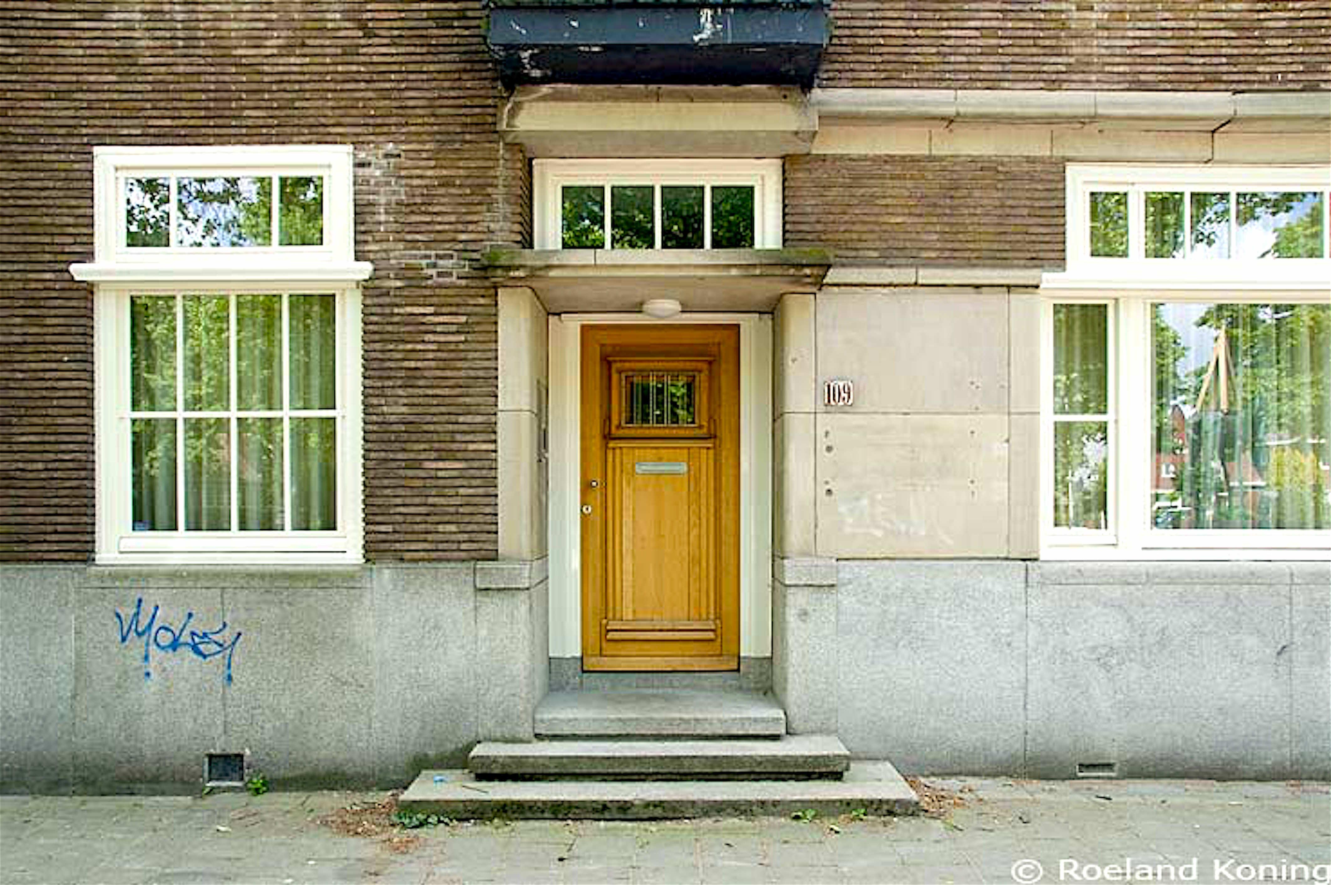 Apollolaan 109, voormalig kantoor van Endstra., rechts naast de ingang gaten van het naambord van zijn bedrijven, Endstra werd op 17 mei 2004 voor zijn kantoor doodgeschoten (foto Roeland Koning)