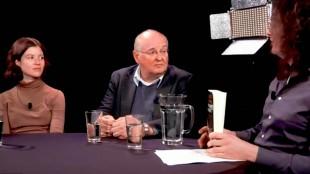 Arnold Heumakers bij Café Weltschmerz met Stefan Ruitenbeek & Kate Sinha (foto YouTube)jpg