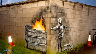 Banksy mural on Port Talbot garage (foto 2BR)