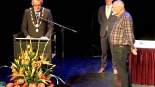 De heer Van de Walle (72) is 'sinds zijn 5e vrijwilliger', grapt burgemeester Schuiling, want al 55 jaar (foto Bo-Anne van Egmond/Twitter)