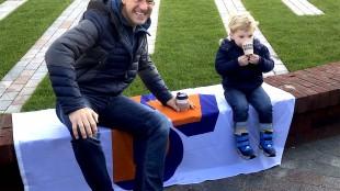 Mark Rutte met minderjarige (foto Leendert de Lange:Twitter)