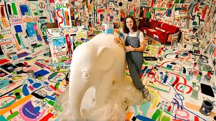 Rob Kaspers bij de te beschilderen olifant in zijn atelier (foto Carlo ter Ellen/DTCT)